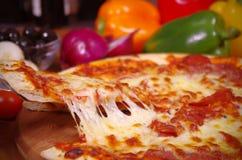 Rebanada caliente de la pizza que es servida Imágenes de archivo libres de regalías