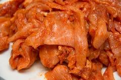 Rebanada conservada en vinagre picante cruda del pollo Imagenes de archivo