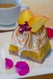 Rebanada cuadrada de postre de lujo del merengue del limón adornado con el yel Imágenes de archivo libres de regalías