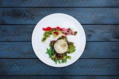 Rebanada de berenjena con queso y tomates de la mozzarella foto de archivo
