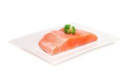 Rebanada de color salmón de la carne fresca de los pescados en el fondo blanco Imagen de archivo libre de regalías