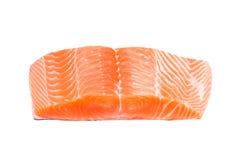 Rebanada de color salmón de la carne fresca de los pescados en el fondo blanco imagen de archivo