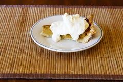 Rebanada de empanada de calabaza con crema azotada Fotos de archivo