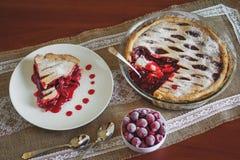 Rebanada de empanada de la fruta con las cerezas foto de archivo