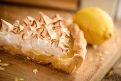 Rebanada de empanada de merengue de limón imagenes de archivo