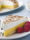 Rebanada de empanada de merengue de limón con las frambuesas Imagen de archivo