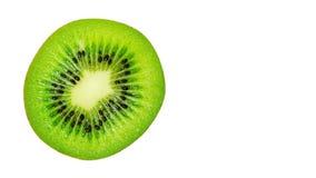 rebanada de kiwi maduro delicioso y sano jugoso, aislada en el fondo blanco, espacio de la copia, plantilla fotos de archivo libres de regalías