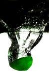 Rebanada de la cal en agua fotos de archivo