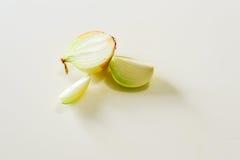 Rebanada de la cebolla en el fondo aislado blanco Foto de archivo