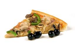 Rebanada de la pizza con las aceitunas. Fotografía de archivo
