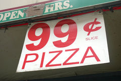 Rebanada de la pizza de 99 centavos Fotos de archivo
