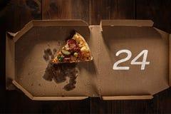 Rebanada 24 de la pizza en caja de la entrega Imágenes de archivo libres de regalías