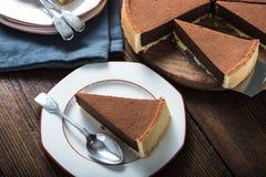 Rebanada de la porción de torta de chocolate hecha en casa Imagenes de archivo