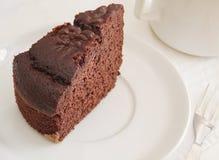 Rebanada de la torta de chocolate en el desayuno. fotografía de archivo