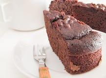 Rebanada de la torta de chocolate en el plato blanco. imagen de archivo libre de regalías