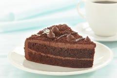 Rebanada de la torta de chocolate en la placa blanca fotos de archivo libres de regalías