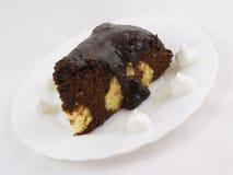 Rebanada de la torta de chocolate en la placa blanca foto de archivo