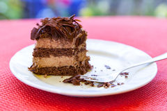 Rebanada de la torta de chocolate en la placa blanca Imagen de archivo