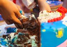 Rebanada de la torta de cumpleaños Foto de archivo libre de regalías