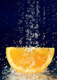 Rebanada de naranja con gotas del agua fotografía de archivo libre de regalías