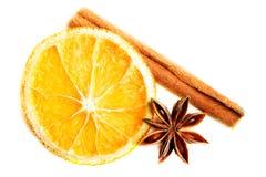 Rebanada de naranja, de anís de estrella y de canela. Fotos de archivo libres de regalías