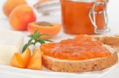 Rebanada de pan con el atasco del albaricoque para el desayuno Imagen de archivo libre de regalías