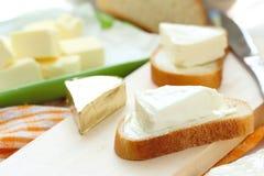 Rebanada de pan con el queso cremoso y la mantequilla para el desayuno foto de archivo