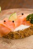 Rebanada de pan con los salmones fumados Imágenes de archivo libres de regalías