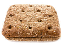 Rebanada de pan de centeno integral fresco en un blanco Fotografía de archivo