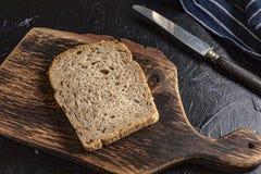 Rebanada de pan en una tajadera fotografía de archivo libre de regalías