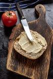 Rebanada de pan manchada con mantequilla imagen de archivo libre de regalías