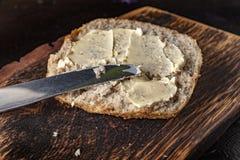 Rebanada de pan manchada con mantequilla fotografía de archivo libre de regalías