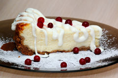 Rebanada de pastel de queso con las bayas Imagen de archivo libre de regalías