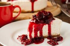 Rebanada de pastel de queso de la cereza Foto de archivo libre de regalías