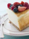 Rebanada de pastel de queso de Nueva York en una placa Imagen de archivo libre de regalías