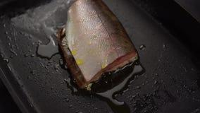 Rebanada de pescados rojos fritos en cacerola profunda almacen de metraje de vídeo