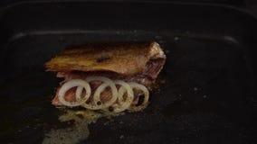Rebanada de pescados rojos fritos en cacerola profunda almacen de video