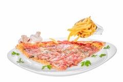 Rebanada de pizza con queso y patatas fritas del jamón de las setas imagenes de archivo