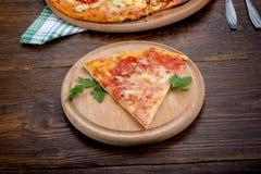 Rebanada de pizza en una placa Fotos de archivo libres de regalías