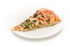Rebanada de pizza en una placa blanca Fotografía de archivo libre de regalías
