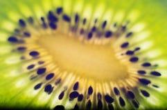 Rebanada de primer del kiwi sin foco Fotos de archivo