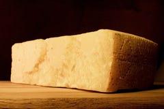 Rebanada de queso de parmesano imagenes de archivo