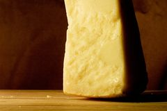 Rebanada de queso de parmesano imagen de archivo libre de regalías