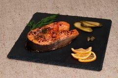Rebanada de salmones asados a la parrilla con la mostaza de Dijon Foto de archivo libre de regalías