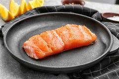 Rebanada de salmones deliciosos en cacerola foto de archivo
