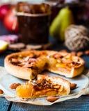 Rebanada de tarta con el atasco, las manzanas y el caramelo de la pera Foto de archivo libre de regalías
