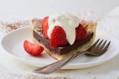 Rebanada de tarta del verano con la fresa y la crema imagenes de archivo