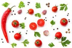 rebanada de tomate con la pimienta, el ajo y el perejil de chile aislados en el fondo blanco Visión superior foto de archivo