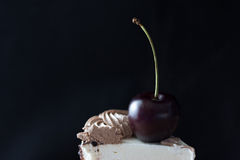 Rebanada de torta con la cereza en el top Foto de archivo