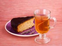 Rebanada de torta con té Imágenes de archivo libres de regalías